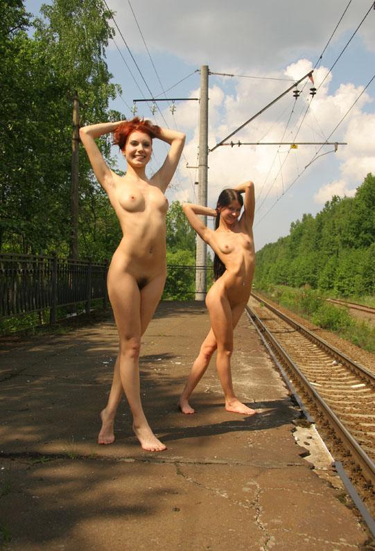 devushki-na-zhd-golie
