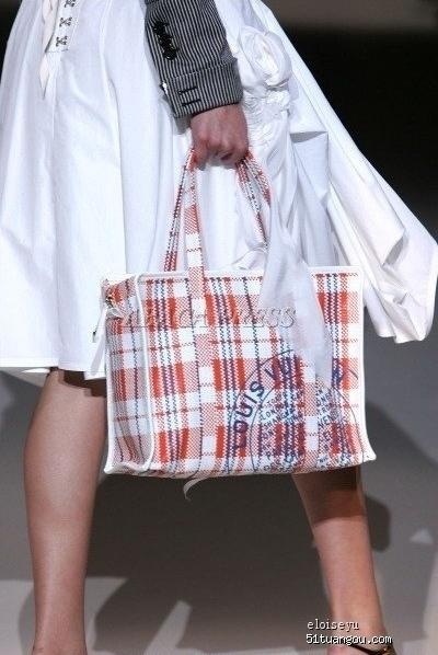 a53a4d7c4c74 Клетчатый шоколадно-молочный А это простые китайские клетчатые сумки за  100-200 рублей.