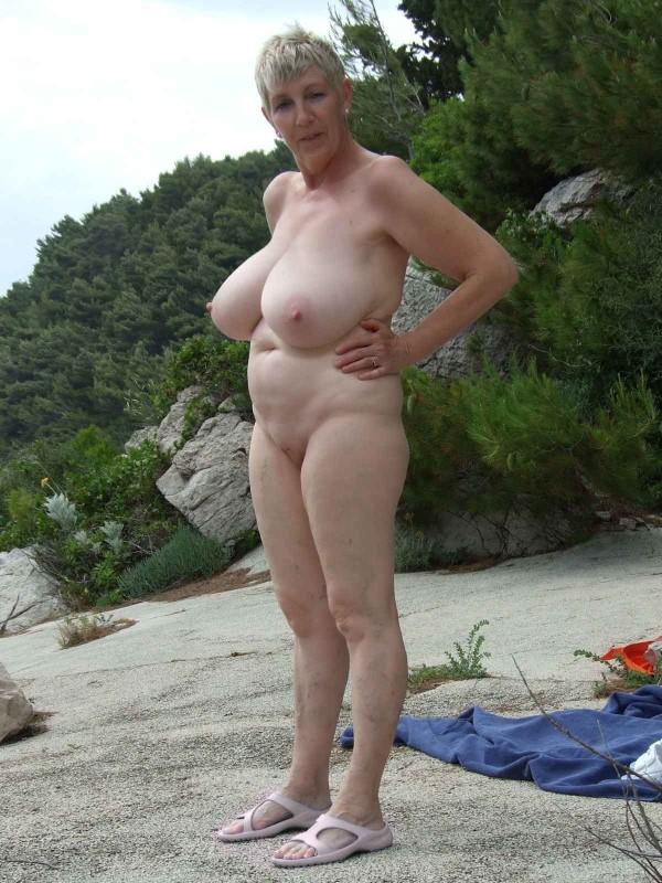 starie-golie-na-plyazhe