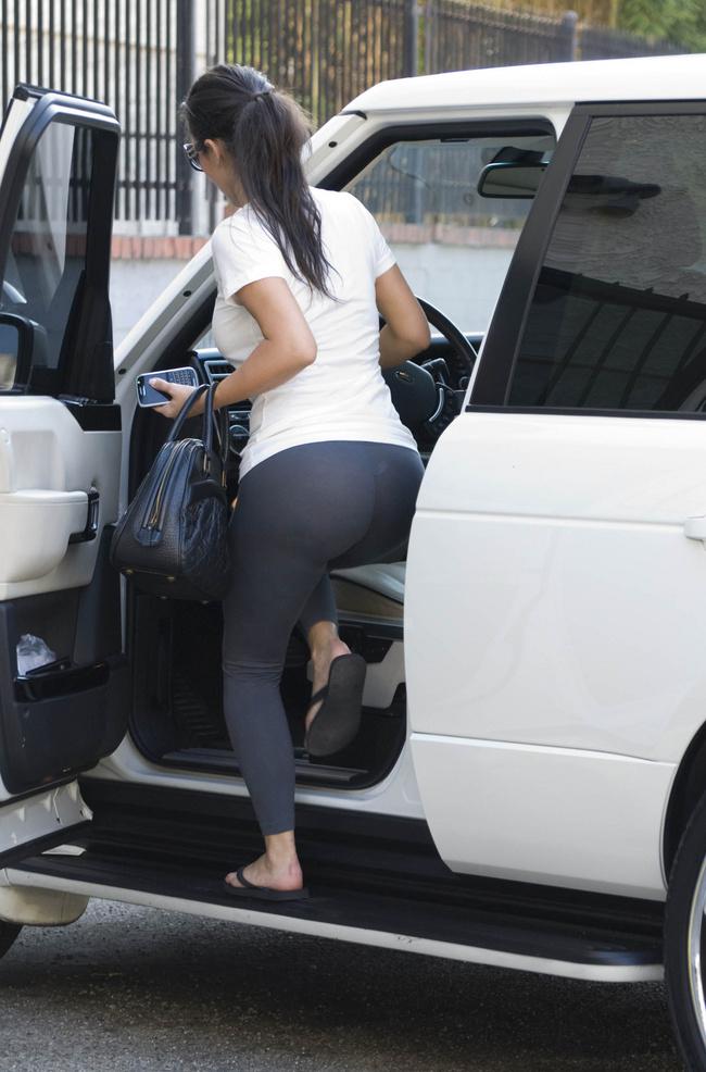 Фото девушки в просвечивающихся штанах