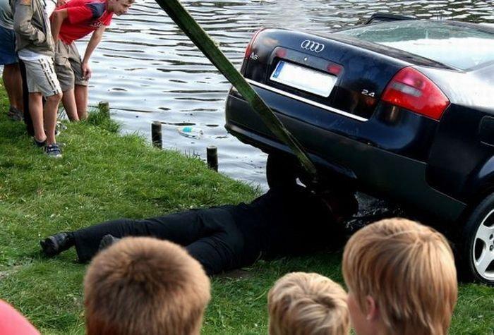 Девушка запарковала машину в фонтане.