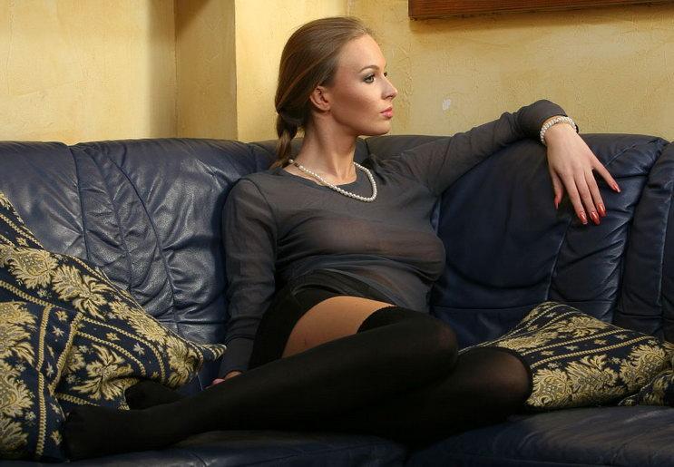 女友在新買的沙發上掰穴讓我拍開箱文!