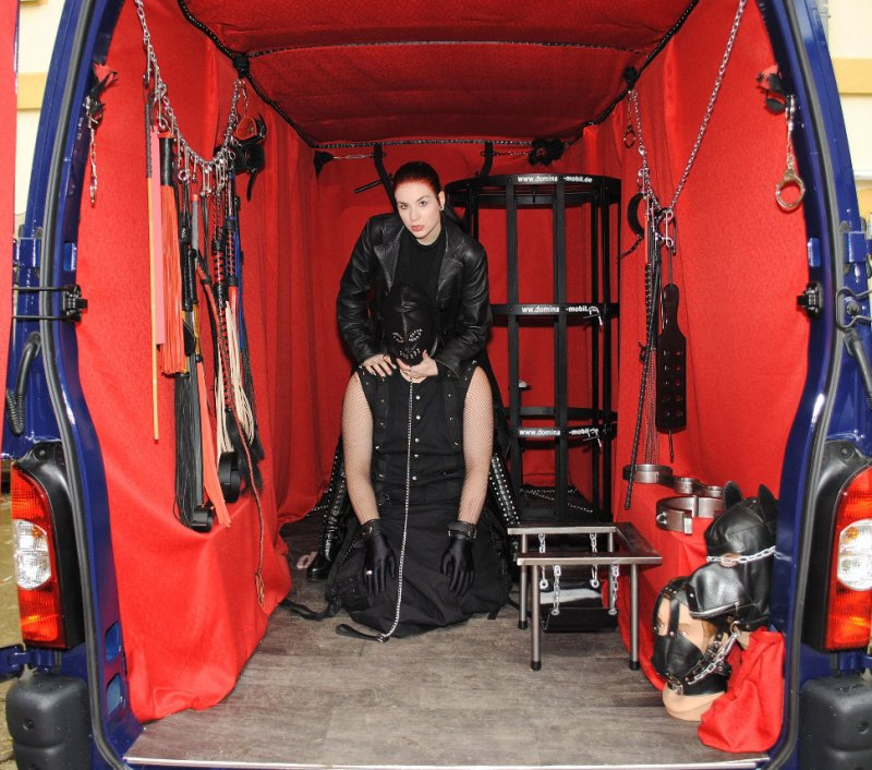 В Берлине одна мадам придумала садо-мазо фургон и теперь на нем