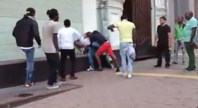 Негры бьют таджиков в Москве